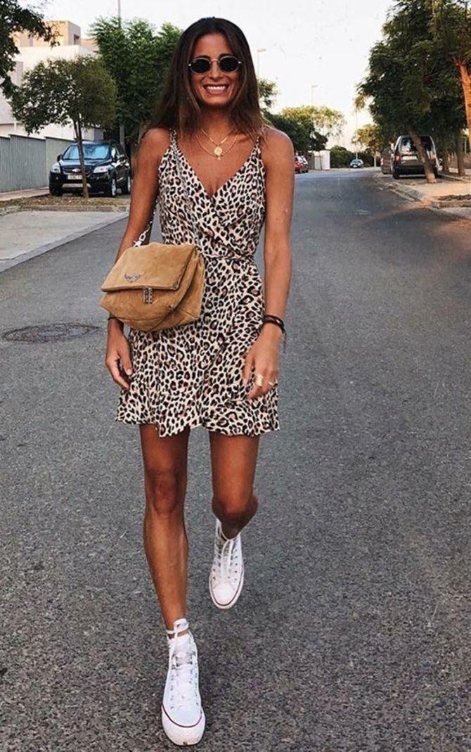 Платье с кроссовками: модные луки 2021-2022 44