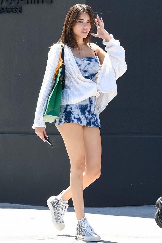 Платье с кроссовками: модные луки 2021-2022 47