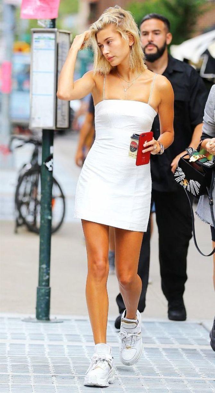 Платье с кроссовками: модные луки 2021-2022 7