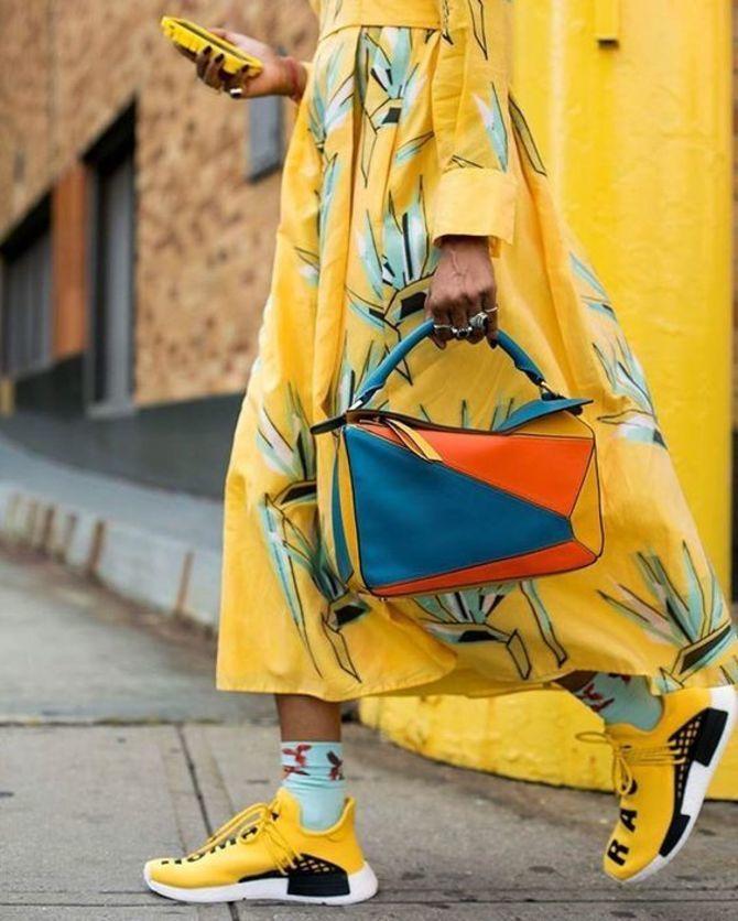 Платье с кроссовками: модные луки 2021-2022 9