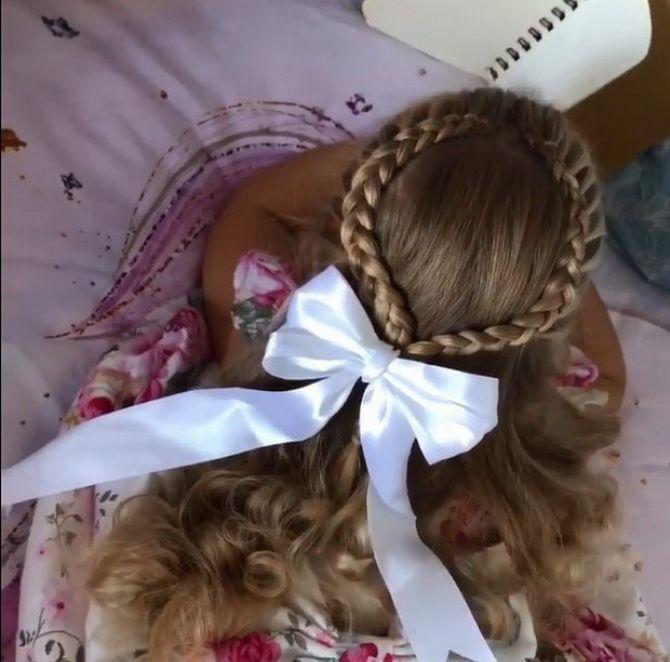 Зачіска з 1 бантом для дівчинки: стильні ідеї на 1 вересня 10