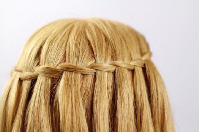 Модні і легкі зачіски на коротке волосся в школу для дівчаток 2021: цікаві ідеї на кожен день 2