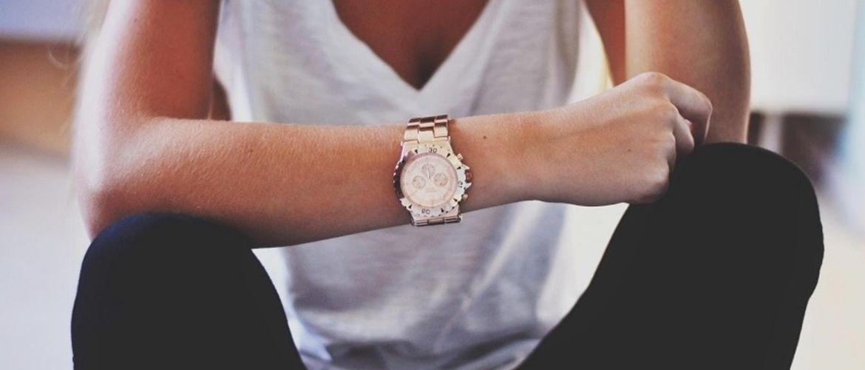 Как выбрать наручные часы в подарок женщине: основные критерии и примеры