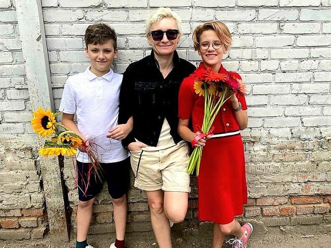 С цветами, без линейки и в масках – дети звезд пошли в школу 1 сентября 1