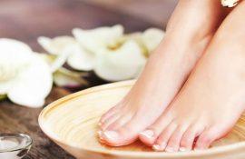 Доглянуті п'яти без проблем: домашні ванночки від тріщин і мозолів
