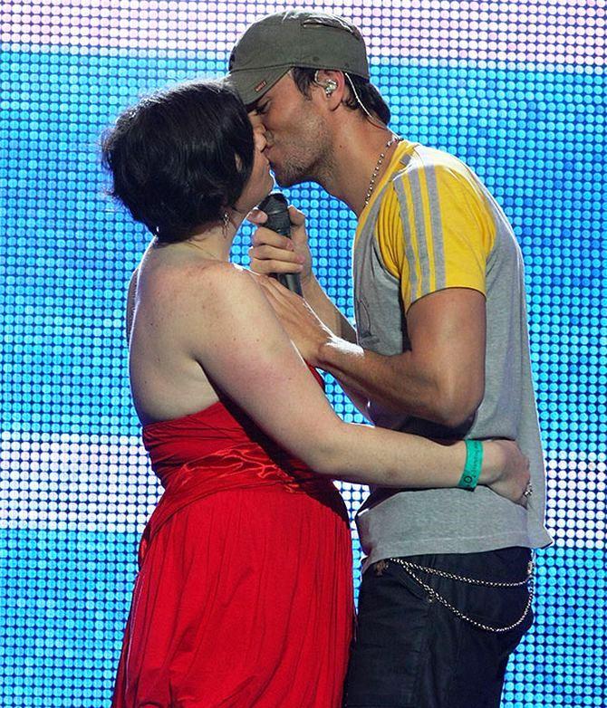 Поціловані зірками: знаменитості, які цілуються з фанатами 1