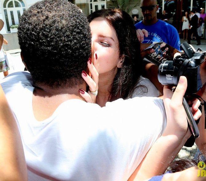 Поціловані зірками: знаменитості, які цілуються з фанатами 2
