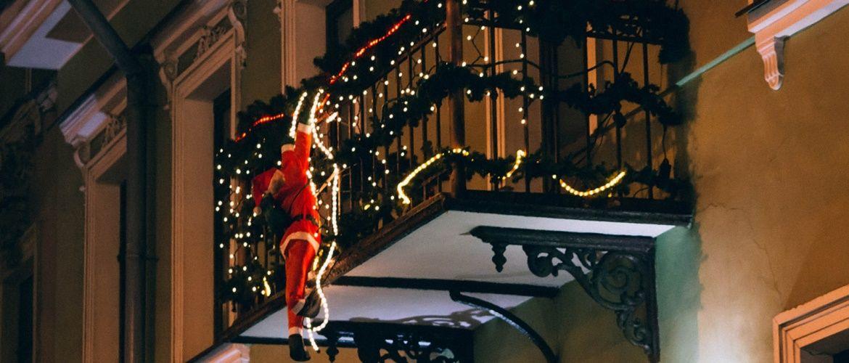 Крутые идеи, как украсить балкон на Новый год 2021