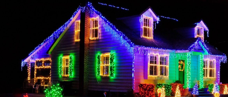 Лучшие идеи с фото, как украсить крышу и фасад дома на Новый год 2021