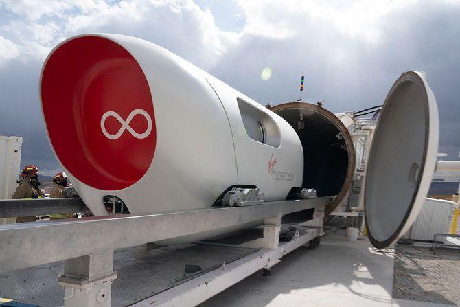 «Гіперпетля майбутнього»: надшвидкісний потяг Hyperloop вперше перевіз пасажирів 6