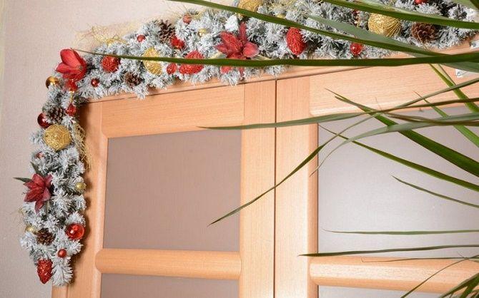 Лучшие идеи, как красиво и оригинально украсить двери на Новый год 2021 17