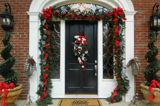 Лучшие идеи, как красиво и оригинально украсить двери на Новый год 2021 3