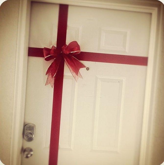 Лучшие идеи, как красиво и оригинально украсить двери на Новый год 2021 19