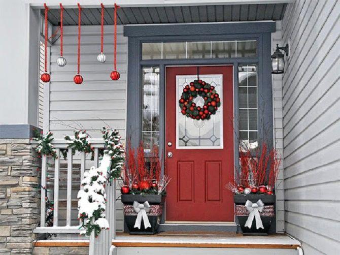 Лучшие идеи, как красиво и оригинально украсить двери на Новый год 2021 21
