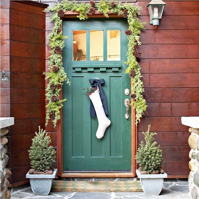 Лучшие идеи, как красиво и оригинально украсить двери на Новый год 2021 25
