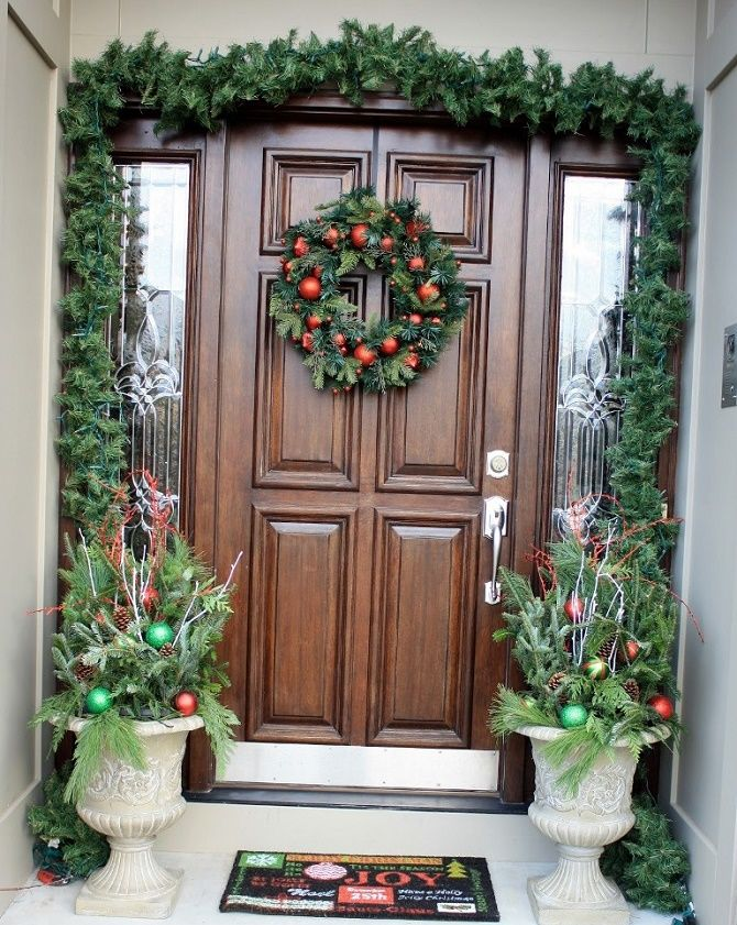 Лучшие идеи, как красиво и оригинально украсить двери на Новый год 2021 4