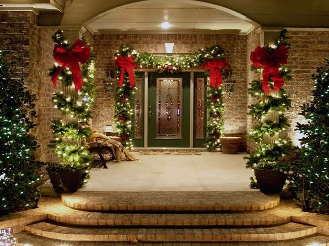 Лучшие идеи, как красиво и оригинально украсить двери на Новый год 2021 28