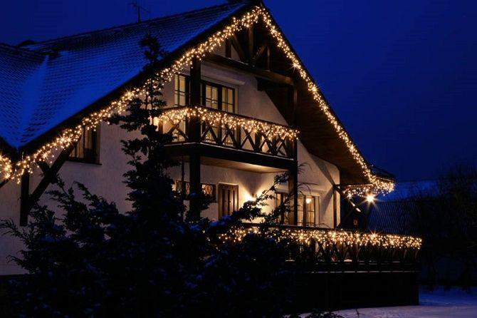 Крутые идеи, как украсить балкон на Новый год 2021 10