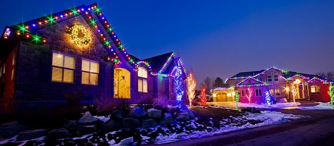 Лучшие идеи с фото, как украсить крышу и фасад дома на Новый год 2021 12