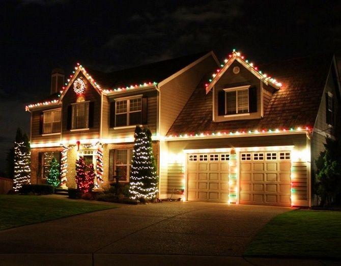 Лучшие идеи с фото, как украсить крышу и фасад дома на Новый год 2021 13
