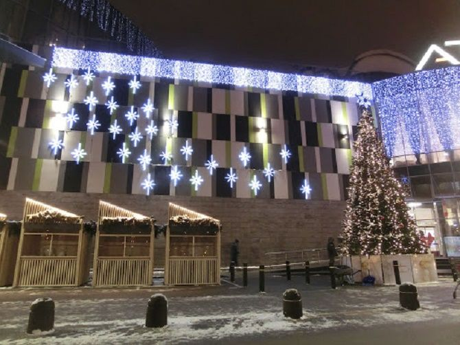 Кращі ідеї з фото, як прикрасити дах і фасад будинку на Новий рік 2021 20