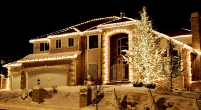 Лучшие идеи с фото, как украсить крышу и фасад дома на Новый год 2021 16