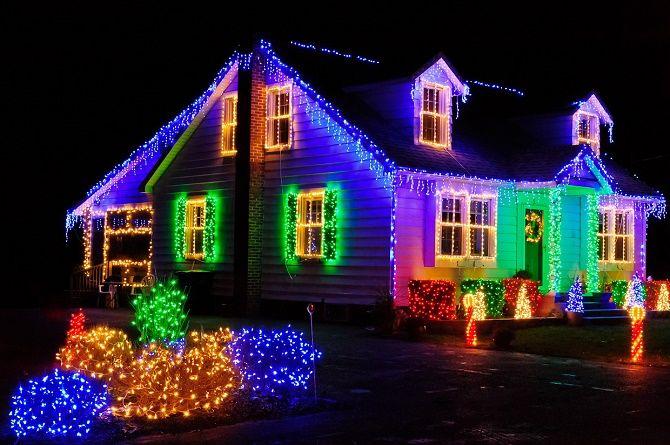 Лучшие идеи с фото, как украсить крышу и фасад дома на Новый год 2021 17