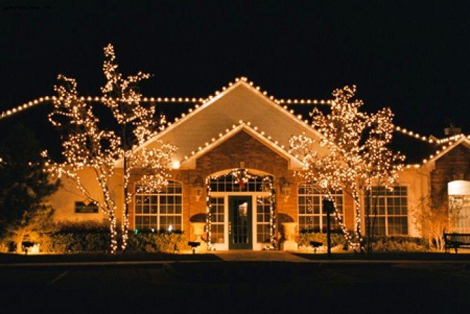 Лучшие идеи с фото, как украсить крышу и фасад дома на Новый год 2021 18