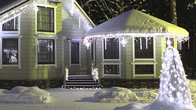 Лучшие идеи с фото, как украсить крышу и фасад дома на Новый год 2021 21