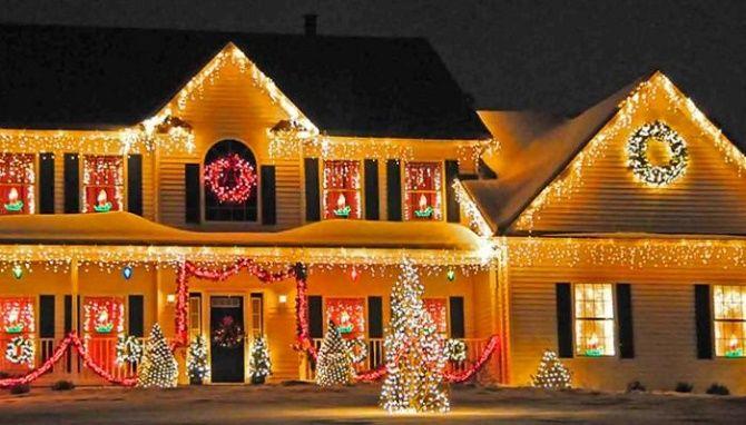 Лучшие идеи с фото, как украсить крышу и фасад дома на Новый год 2021 22