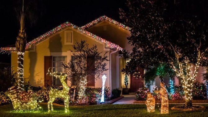 Лучшие идеи с фото, как украсить крышу и фасад дома на Новый год 2021 24