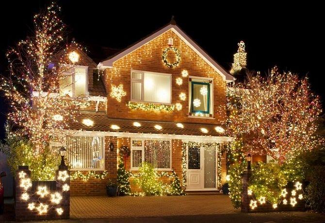 Лучшие идеи с фото, как украсить крышу и фасад дома на Новый год 2021 4