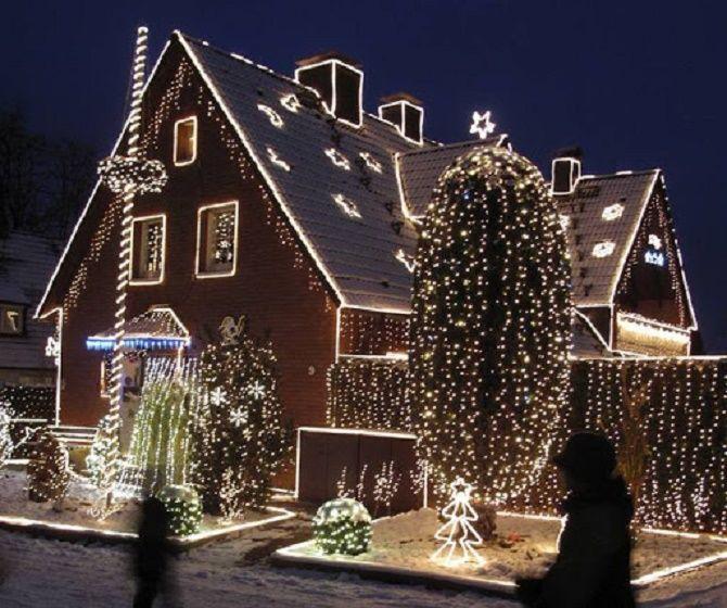 Лучшие идеи с фото, как украсить крышу и фасад дома на Новый год 2021 8