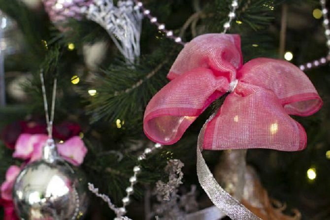 Как красиво завязать рождественский бант – мастер-класс для создания новогоднего декора 6