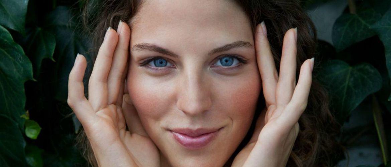 Масаж навколо очей: не пошкодуйте 5 хвилин заради пружної шкіри