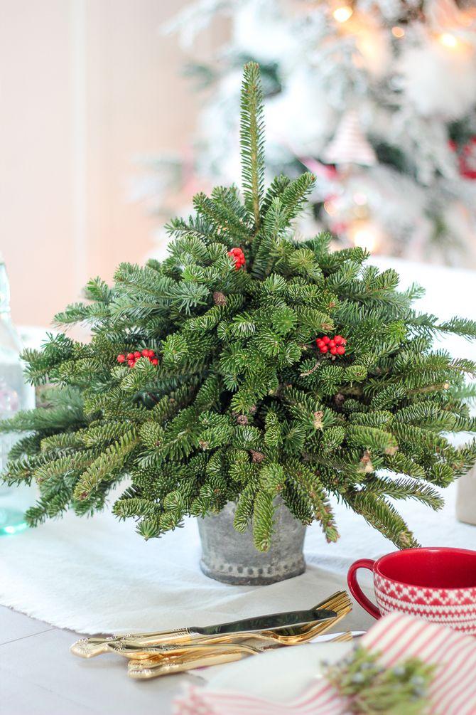 Рождественский декор: 40 сказочных идей украшения маленькой елки 10