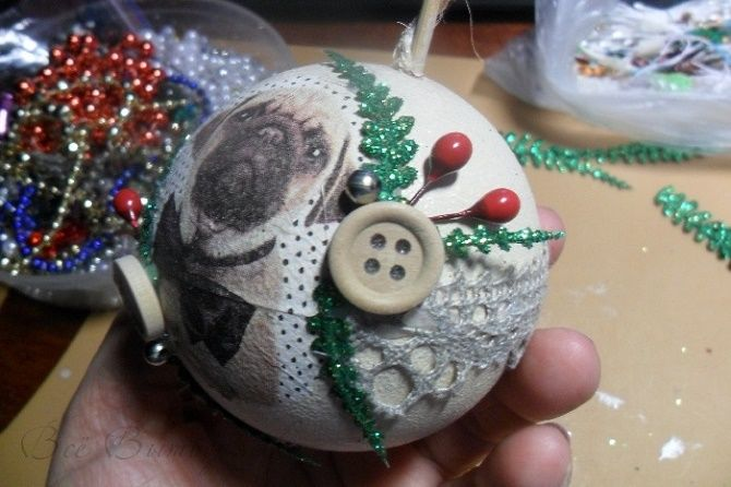 Красивый и необычный декор новогодних шаров – лучшие идеи с фото 27