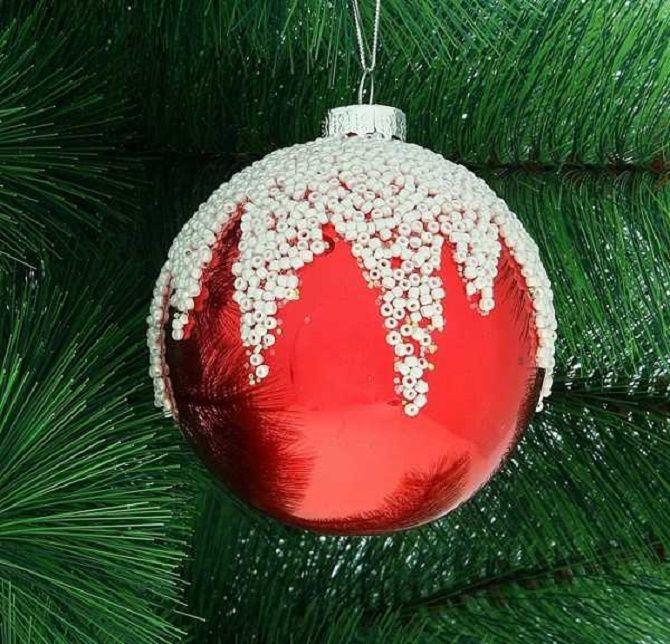 Красивый и необычный декор новогодних шаров – лучшие идеи с фото 31