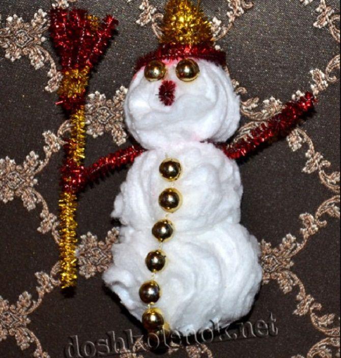 Как сделать снеговика из ватных дисков – лучшие новогодние поделки 1