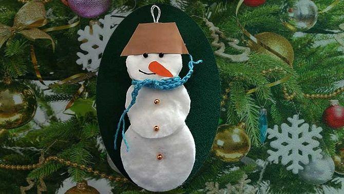 Как сделать снеговика из ватных дисков – лучшие новогодние поделки 22