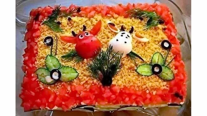 Украшение праздничных блюд: новогодняя символика 2021 на столе 12