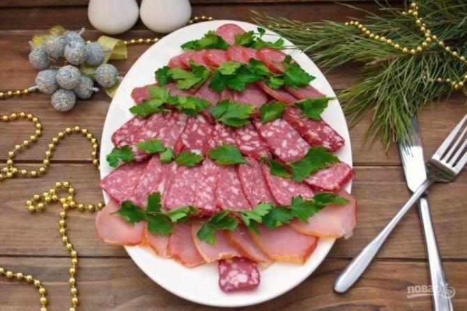 Украшение праздничных блюд: новогодняя символика 2021 на столе 24