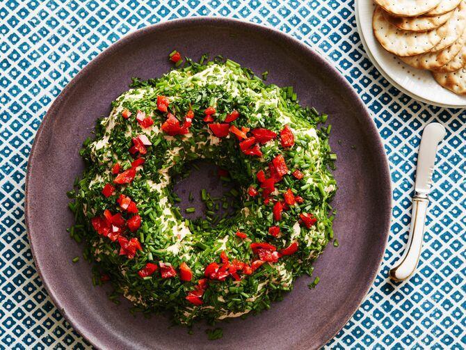 Украшение праздничных блюд: новогодняя символика 2021 на столе 27