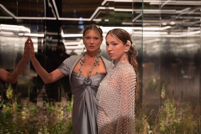 Показ Fendi на Тижні Високої моди в Парижі: Демі Мур, Кара Делевінь і Наомі Кемпбелл вийшли на подіум 1