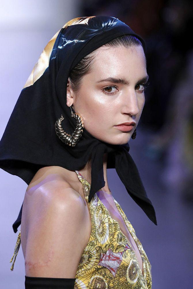 Косынка на голову: как носить модный аксессуар 2021 года 12