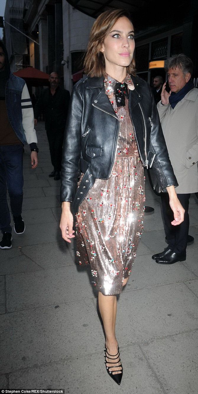 Як носити вечірні сукні взимку: луки з верхнім одягом 23