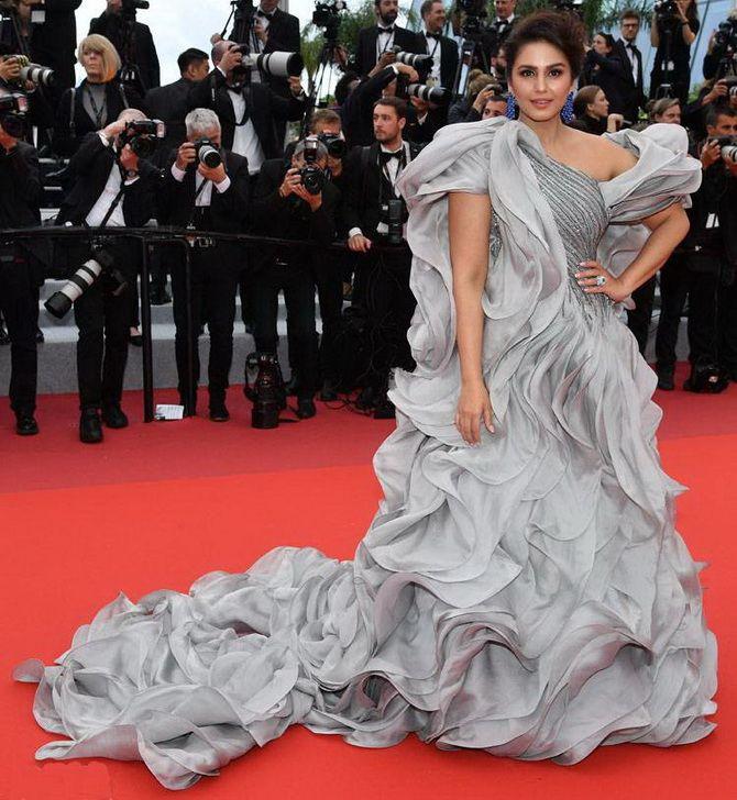 Сірі вечірні сукні на піку популярності – які фасони вибирати 16