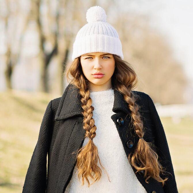 Удачные зимние прически под шапку: советы и идеи как избежать шляпных волос 16
