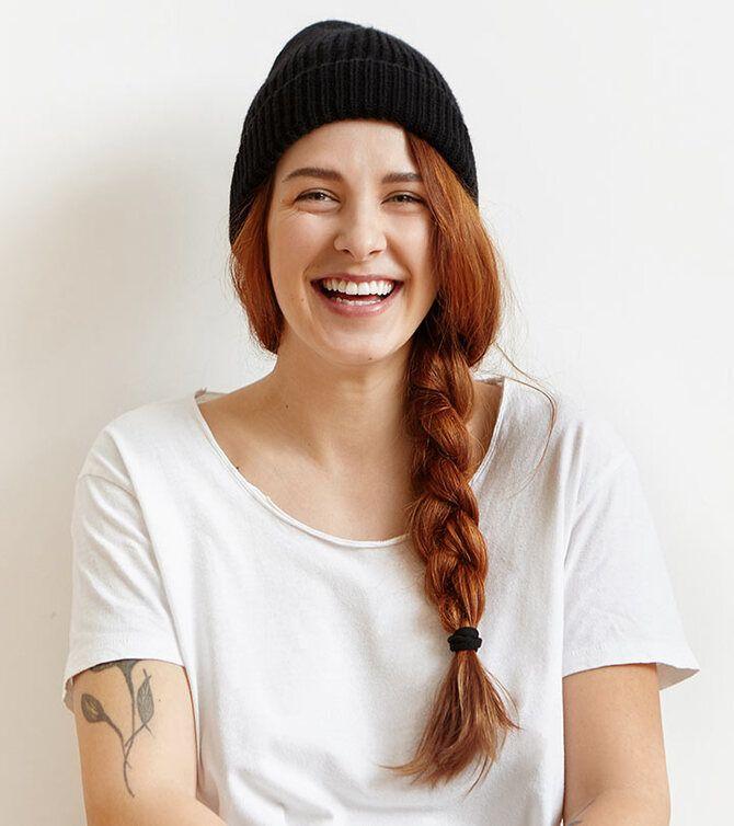 Удачные зимние прически под шапку: советы и идеи как избежать шляпных волос 17