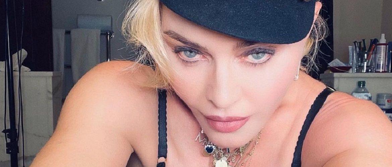 Мадонна поділилася своїми «голими» фотографіями і викликала суперечки в мережі